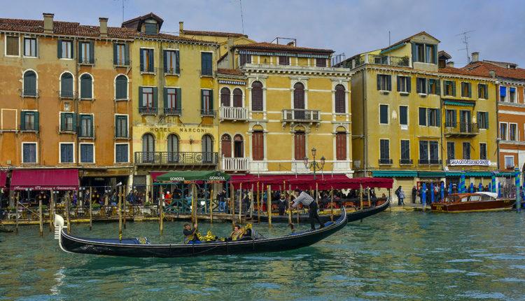 Veneciya katanie na gondolah