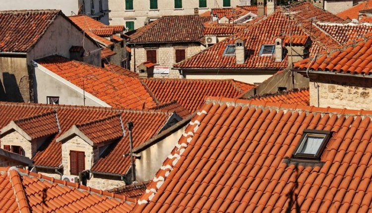 krasnye kryshi domov v Bolgarii