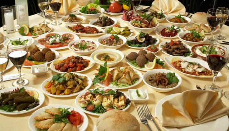 stol s tureckimi bljudami